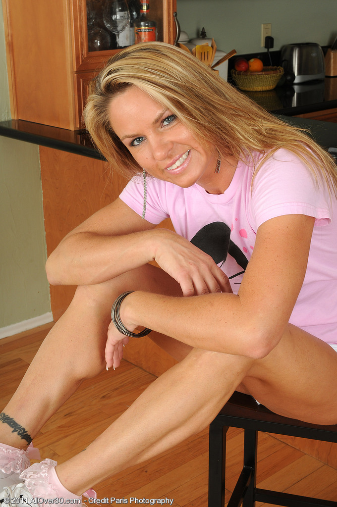 Defined  Cougar Amanda B Shows off Her Hot Soles and  Opens Her  Rump