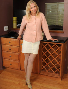 At 55 Years Old   Hot and Elegant Annabelle Looks Exceptionally Hot