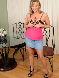 36 Year Old Becca from  Milfs30 Glides a Dildo into Her  Older Babe  Hoo Ha