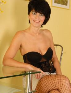 Elegant Looking Eve in Fisnet Pantyhose Bares Her Fine  Older Babe   Arse