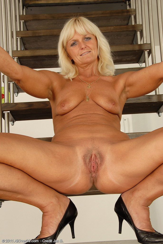 Realaporn stairs milf