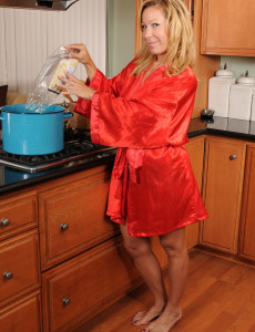 Super  Super Wild  Older Stunner  Wife Rachels  Opens Her Gams Broad on the Counter