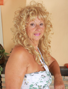 62 Year Old Samantha T from  Milfs30 Gives Us an Eye Full of  Hoo Ha