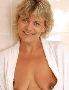 mature Beautiful women nude older