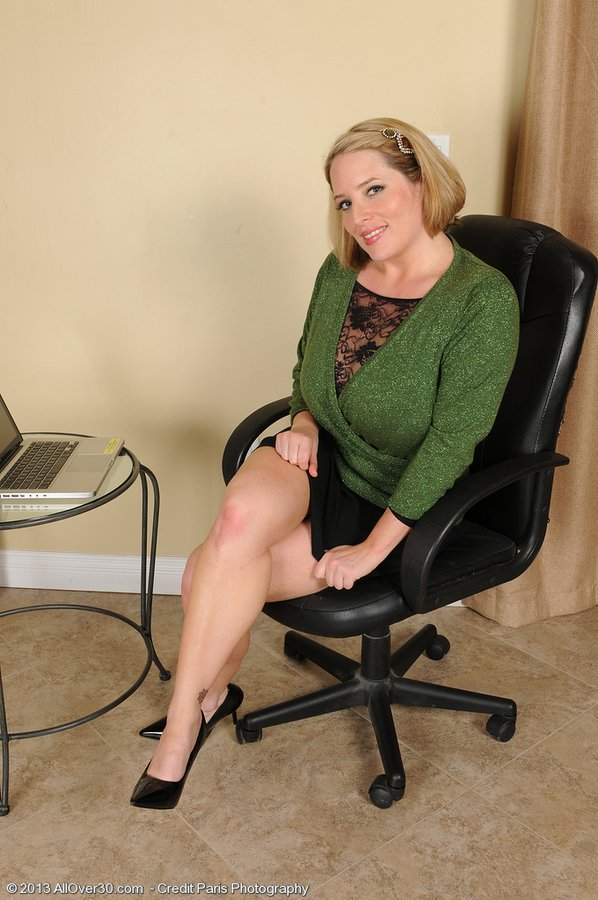 Insane Office Milf Opens Up Broad in Her Office Chair