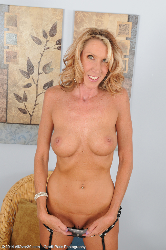 45 years blonde milf evelyn at home 9