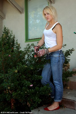 32 Year Old Dylan Ryan from  Milfs30 Doing a Lil' Nude Gardening