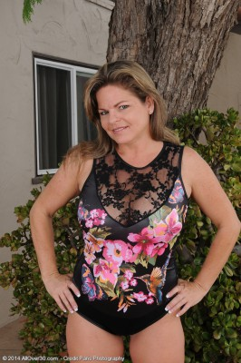 Sexy 37 Year Old Marie Micheals Shows the Woman Pinkish Through Backyard