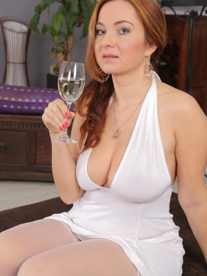 38 Yr Old Red Headed Jessica Red  Sticking Her Pussy with Glass