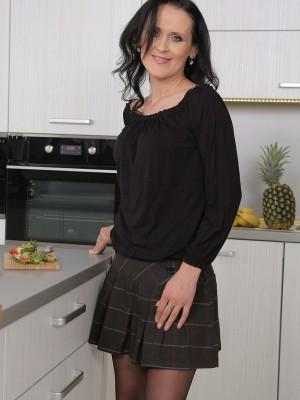 Sexy 35 Yr Old Pamela Price Frigging Her Elder Honeypot Inside the Kitchen