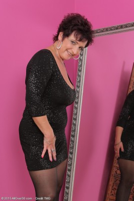 Elegant 52 Yr Old Jessica Horny Allow Her Big Mama Jugs out to Play