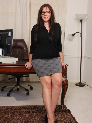 Naughty Curvaceous Secretary Sasha Karr Leaps Concerning the Desk and Stretches Broad Open
